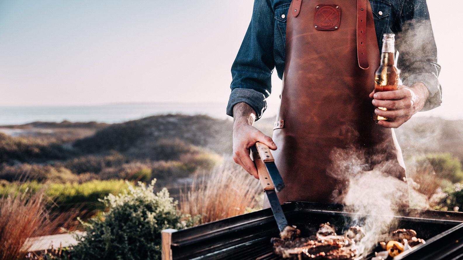Ontspannen het vlees van de barbecue omdraaien in een Witloft schort