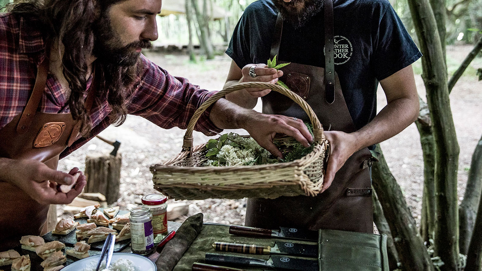 Twee mannen koken gezamenlijk in hun Witloft barbecue schort