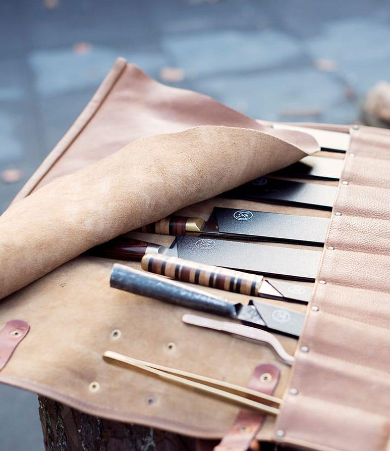 Witloft messenmap opengevouwen met allerlei soorten tools en gereedschap er in