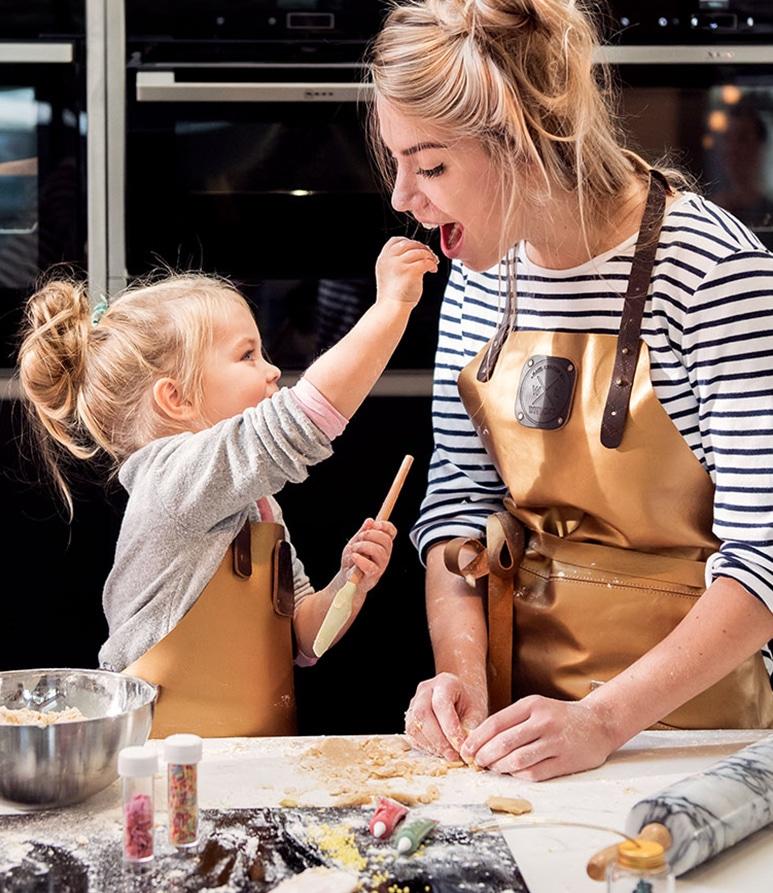 Moeder en dochter in hun Witloft schort in de keuken
